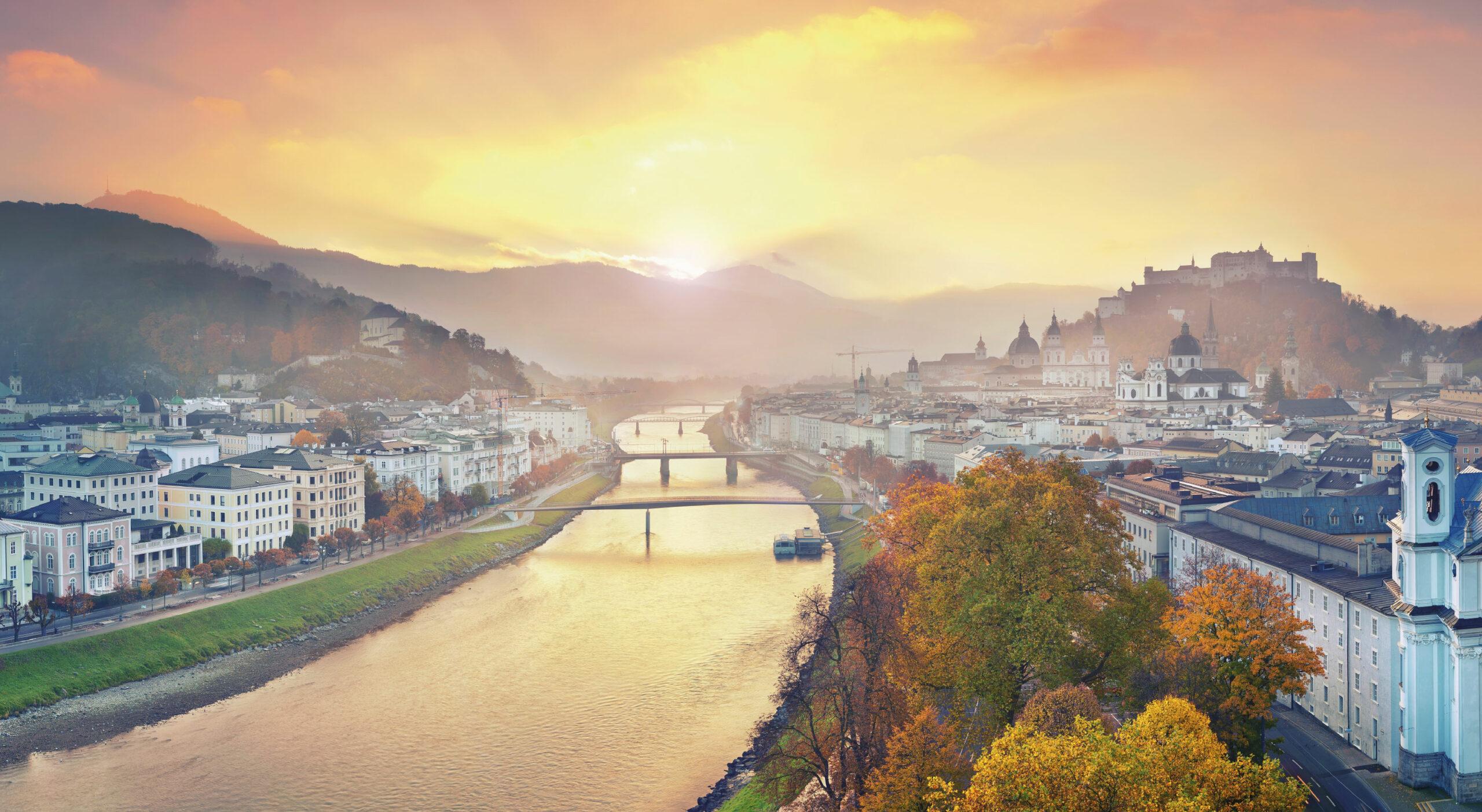 Stadt vor Bergen in orangen Farben