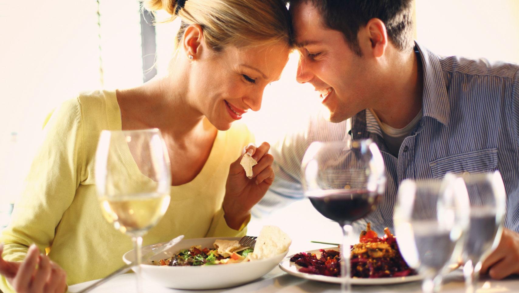 Zwei Personen beim Dinner mit Wein