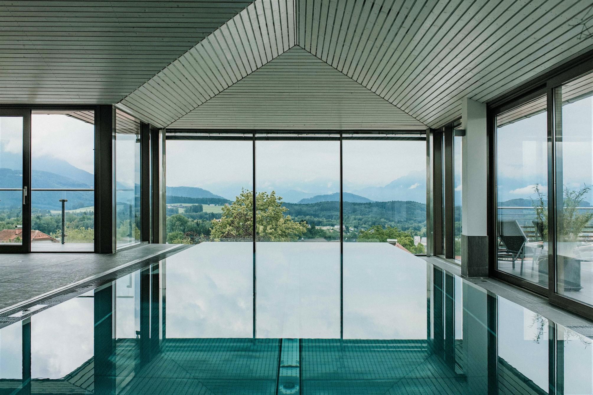 Pool mit Ausblick auf die Berge