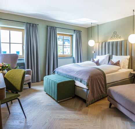 Doppelbett in einem Zimmer