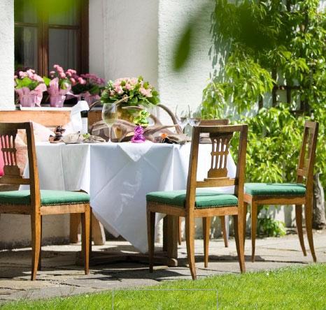 Esstisch mit Stühlen im Garten