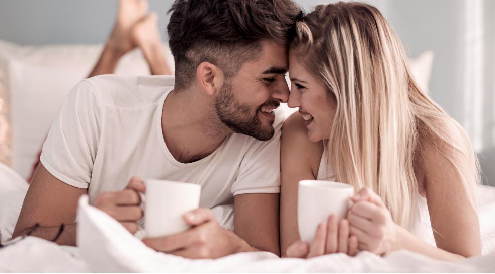 Zwei Personen mit Kaffeetassen in der Hand