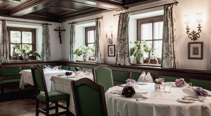 grüne Tischdeko mit Fenster im Hintergrund