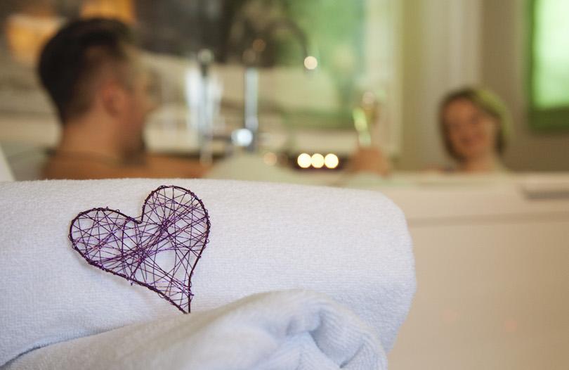 weißes Handtuch mit lila Herz