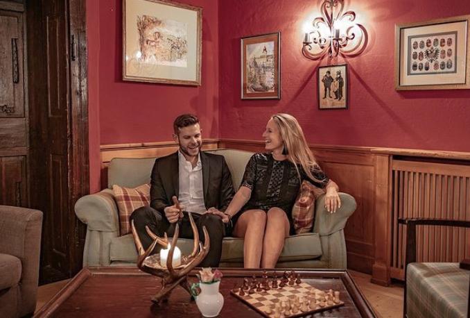 Frau und Mann beim Plaudern auf der Couch