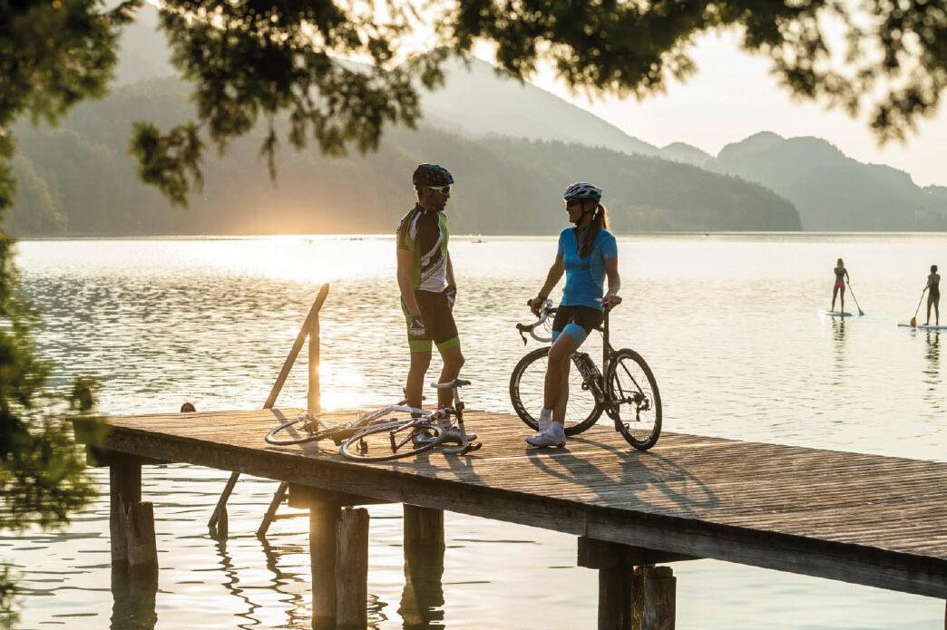 Zwei Personen mit Rädern auf einem Steg