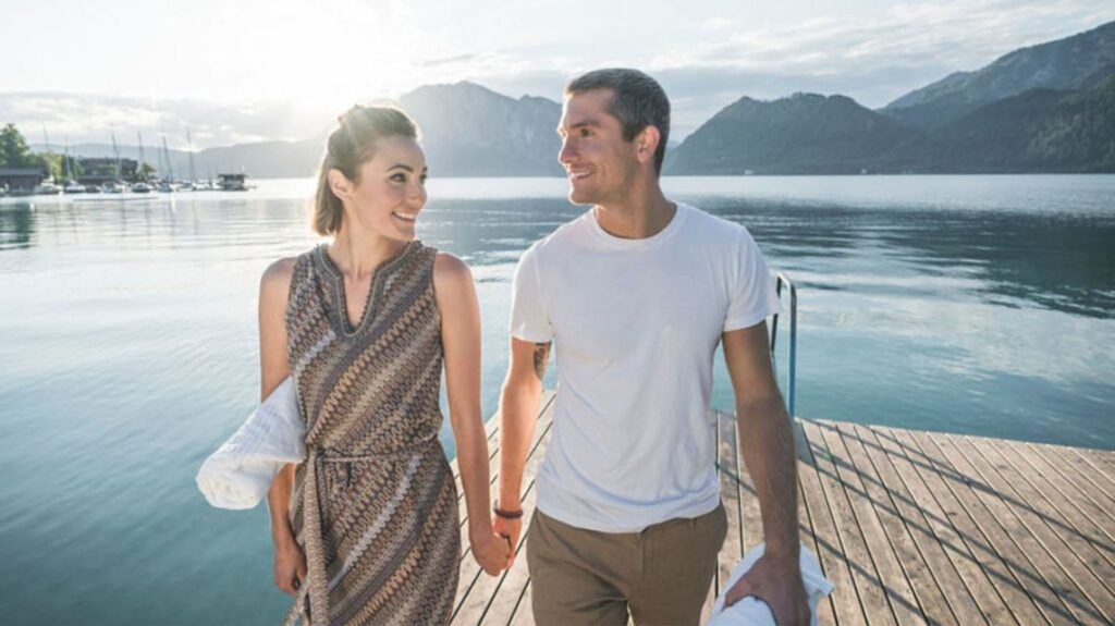 Mann und Frau am Steg beim See